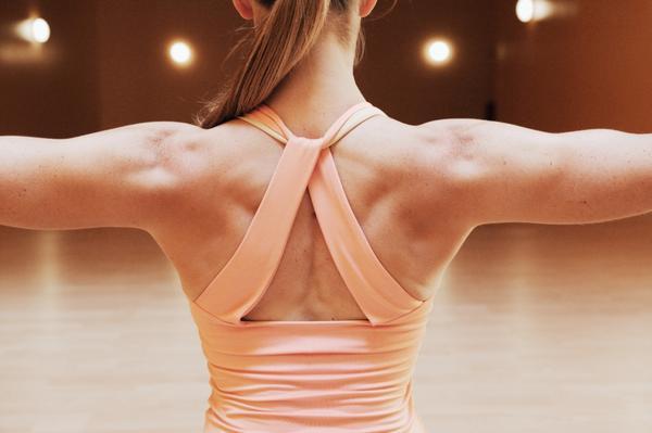 背中ストレッチで肩こりや歪みを治す簡単なワザ
